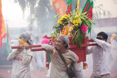 arrepentimiento: Surat Thani, Tailandia - 03 de abril 2015: Surat Thani festival vegetariano el 3 de abril de 2015, de Surat Thani, Tailandia. Durante el festival de la mortificación ritual se practica para apaciguar a los dioses.