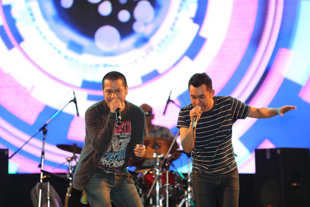 thani: SURAT THANI, THAILAND - FEBRUARY 21 : Modern Dog Band performs at Chang Music Connection Concert on February 21, 2015 in Surat Thani, Thailand. Modern Dog is a Thai rock band, formed in 1992. Editorial