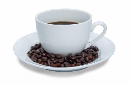 Taza blanca de café negro caliente y semillas aisladas sobre fondo blanco.