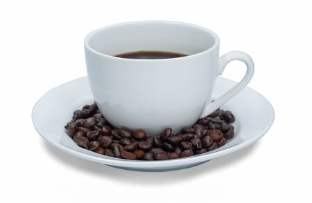 Weiße Tasse heißen schwarzen Kaffee und Samen isoliert auf weißem Hintergrund.