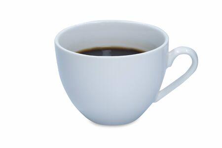 Biały kubek gorącej czarnej kawy na białym tle.