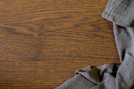 Plat lag, uitzicht van bovenaf lege keukentafel met servet. Oude koken houten tafel. Bovenaanzicht met kopie vrije ruimte. Stockfoto