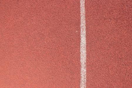 white lines: Linee bianche su pista corrente rossa.