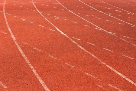 white lines: Linee bianche su pista corrente rossa Archivio Fotografico