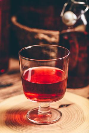 Domowe wino jagodowe w szkle na drewnianej powierzchni Zdjęcie Seryjne