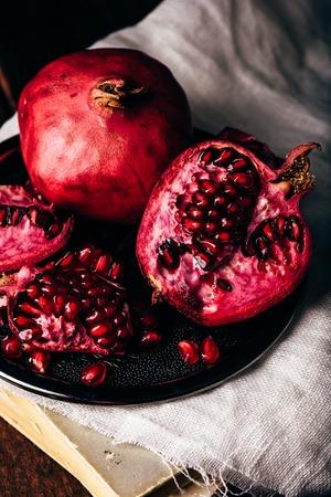 Fruits de grenade mûrs et juteux sur plaque de métal Banque d'images