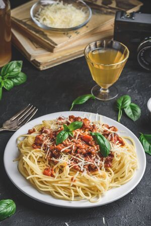Spaghetti with bolognese sauce, grated parmesan cheese and fresh basil leaves Stockfoto