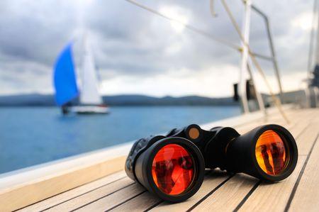 jachthaven: Verrekijker op het dek van jacht Stockfoto