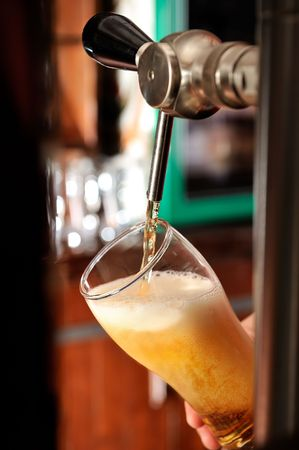 to tap: Filling glass with beer