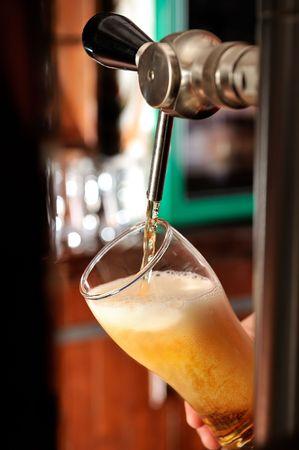 jarra de cerveza: Vidrio de llenado con cerveza