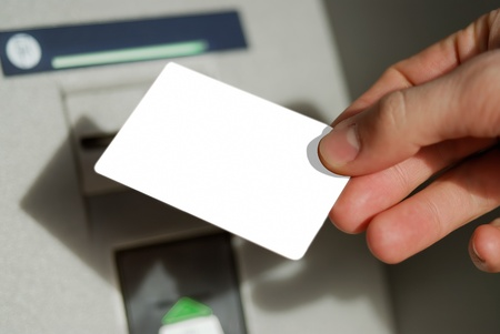 automatic transaction machine: Tarjetas en blanco en la mano Foto de archivo