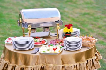 carnes y verduras: Catering comida en una fiesta de boda Foto de archivo