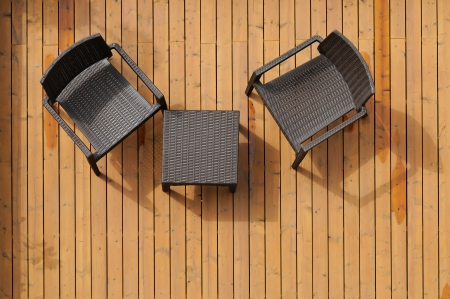 Tafel en stoelen op de houten vloer afgebeeld van boven Stockfoto
