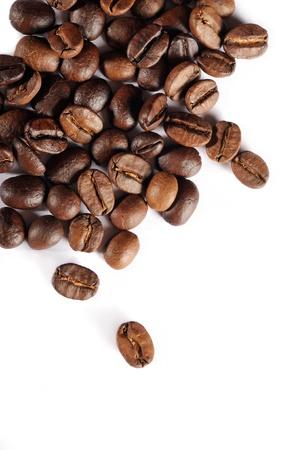 frijoles: Granos de caf� marrones aislados en el fondo blanco Foto de archivo