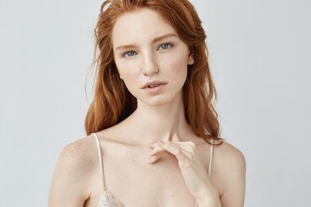 カメラ目線そばかすが若い美しい赤毛の女の子。 写真素材