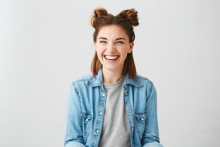 Drôle jeune fille joyeuse heureuse avec deux petits pains rire souriant sur fond blanc.