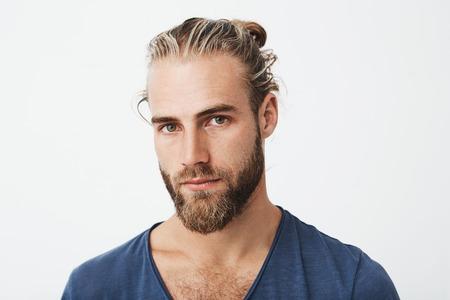 Cierrese Para Arriba De Hombre Sueco Hermoso Con El Peinado Y La