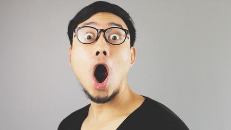 carita feliz: Hombre asiático Shocked cerca.