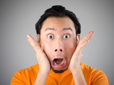 wow: Rostro conmocionado y sorprendido del hombre asiático.