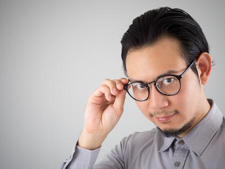 自信を持って灰色シャツでアジア系のビジネスマン。 写真素材 - 57044618