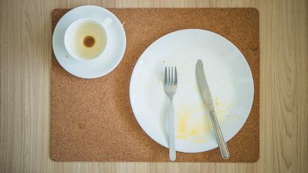 Draufsicht auf Überbleibsel Frühstück. Standard-Bild