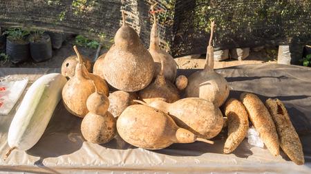 yerba mate: calabazas secas sobre la mesa. Foto de archivo