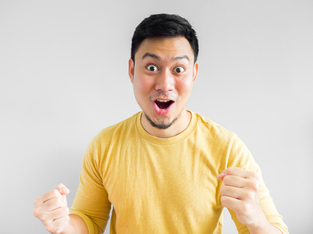 黄色のシャツで幸せなアジア男の顔。 写真素材 - 64795139