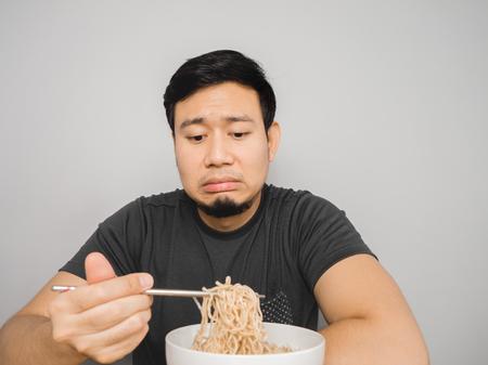 불쌍한 아시아 인은 똑같은 옛 인스턴트라면을 지루하게 느낀다.