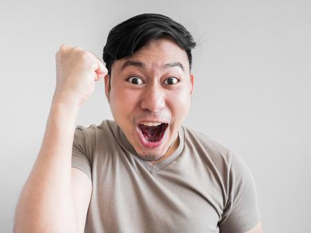 Aziatische man voelt shock en verrassing met overdreven gezichtsuitdrukking.