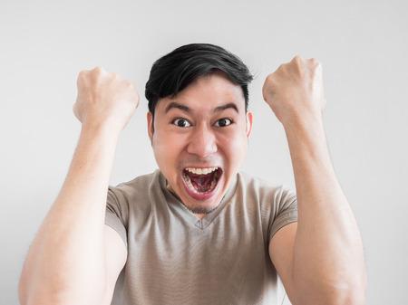 アジア人男性は、衝撃や過度に表情と驚きを感じています。 写真素材 - 70857053
