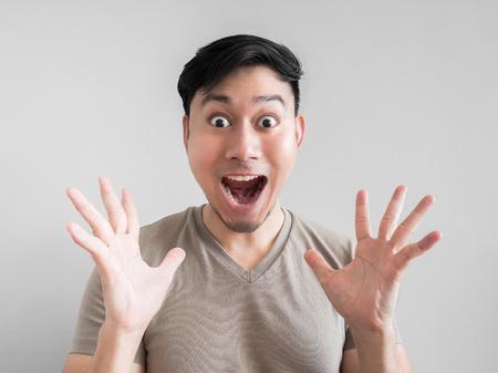 Aziatische man voelt schok en verrassing met overdreven gezichtsuitdrukking. Stockfoto