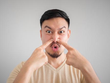 Disparos en la cabeza del olfato algo malo rostro del hombre asiático con barba y bigote. Foto de archivo