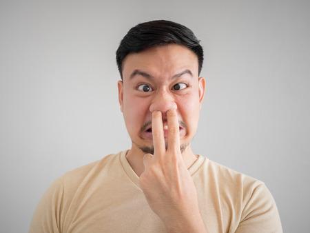 얼굴 만 냄새가 얼굴 수염과 콧수염과 아시아 사람의 나쁜 얼굴. 스톡 콘텐츠