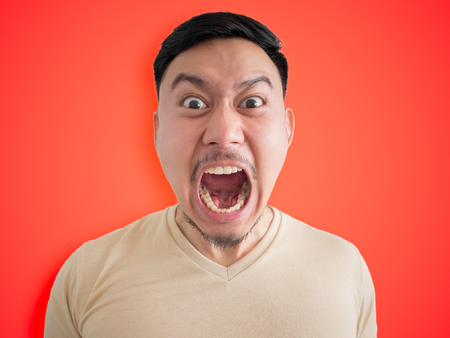 ひげと口ひげを持つアジア人の怒っている、怒っている顔のヘッド。 写真素材 - 79593344