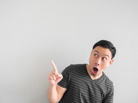 La faccia di sorpresa e di scossa del punto asiatico dell'uomo su spazio vuoto. Archivio Fotografico