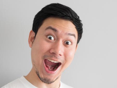 Wauw gezicht van Happy Aziatische man hoofd geschoten. Stockfoto