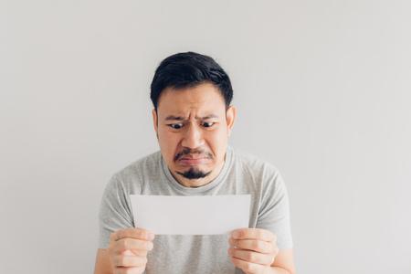 El hombre asiático odia y entristece el mensaje de correo blanco o la factura. Foto de archivo
