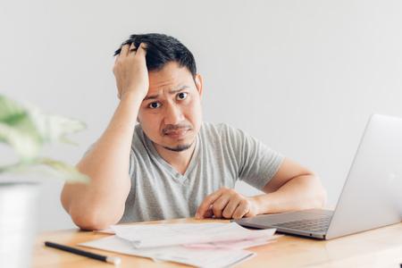 Sad Asian man has problems with billing and debts. Foto de archivo - 124603762