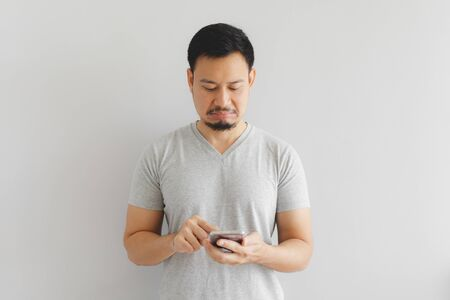 Asian man feels hate and disgusted with what show on the smartphone. Foto de archivo