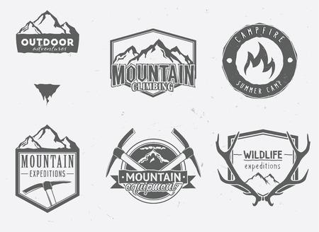 Outdoor Adventures icônes, des badges de la faune, des étiquettes d'exploration de la montagne dans le style vintage. Bois de cerf, des montagnes, des piolets, feu de camp. Banque d'images - 43687518