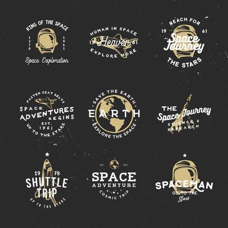 공간 개체와 우주 테마에 복고풍 배지 : 우주선, 우주 복, 지구, 비행 로켓. 주제별 이벤트, 카드, 광고 또는 기타 용도에 적합합니다. 일러스트