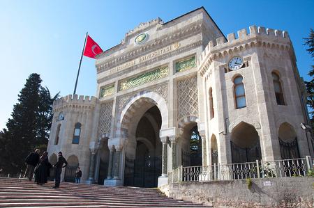 bajando escaleras: 3 persona caminar por escaleras exteriores puertas de la Universidad de Estambul Editorial