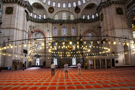 sunni: Muslim men praying at the mosque. Mosque is Suleymaniye Mosque Istanbul. Editorial