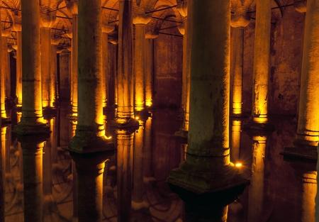 cisterna: Lugares tur�sticos famosos en Estambul presionados, resulta Cisterna