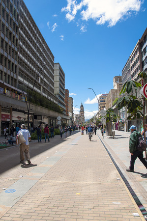 Bogotá, Colombia - 11 diciembre 2016: no identificados hispanos peatones que se desplazan a través de calle de la ciudad zona de la candelaria Bogotá