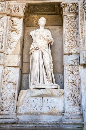 Estatua de Sophia (sabiduría) delante de la biblioteca de Celsus, Ephesus, Turquía Foto de archivo - 79150055