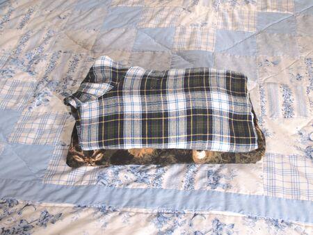 折り畳まれた服の横の写真