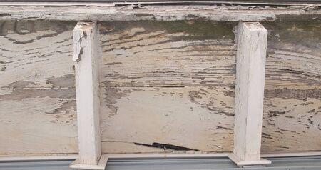 家の軒の teterioration の水平のクローズ アップ写真 写真素材