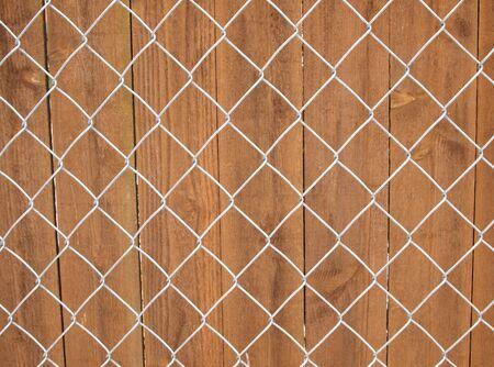 木とチェーン リンク フェンス背景の水平方向の写真 写真素材