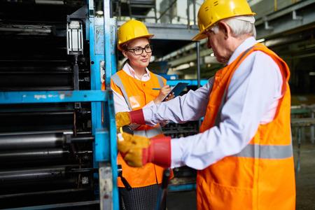 공장 워크샵의 근로자 스톡 콘텐츠